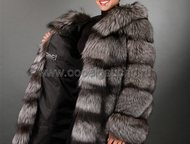 Москва: Шуба из черно-бурой лисы Шуба из черно-бурой лисы (из серебристо-черной лисы) с капюшоном исполнена применяя горизонтальный расклад меха – так называе